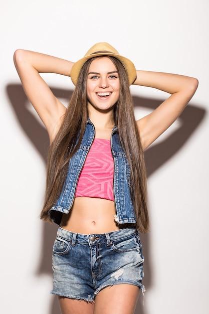 유행 보라색 자르기 탑 긴 소매, 흰색 반바지, 검은 색 선글라스, 밀짚 모자 및 진주 목걸이에 꽤 젊은 세련된 여성 무료 사진