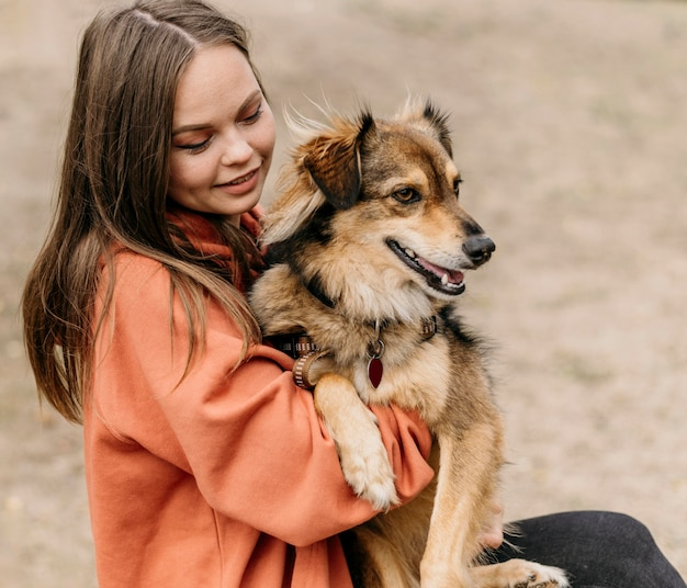 彼女の犬をかわいがるかなり若い女性 無料写真