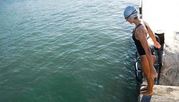 Bella giovane donna pronta per fare una nuotata Foto Gratuite
