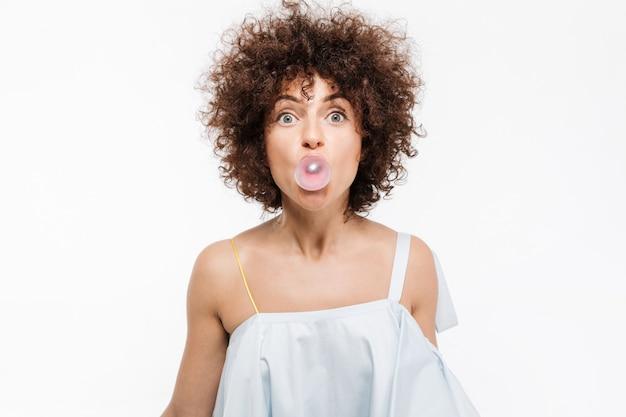 Довольно молодая женщина с вьющимися волосами, мыльные пузыри Бесплатные Фотографии