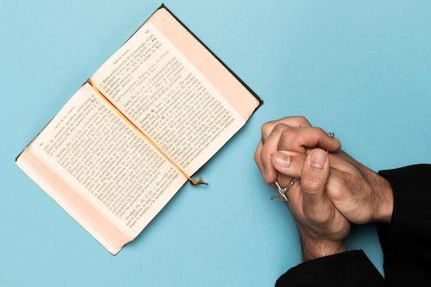 Священник молится и читает священную книгу Premium Фотографии