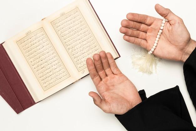 神聖な本からの司祭の祈りの時間 Premium写真