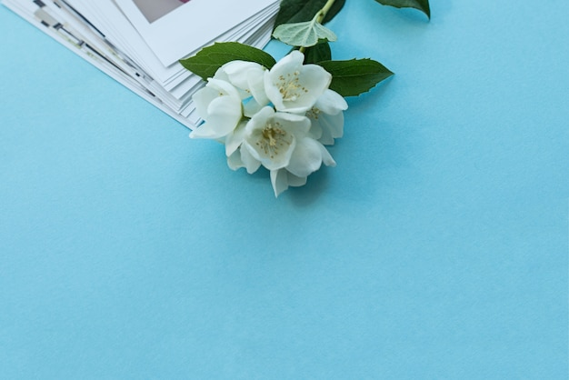 Printed photos of baby.  photography cards, background with a white flower. mock up Premium Photo
