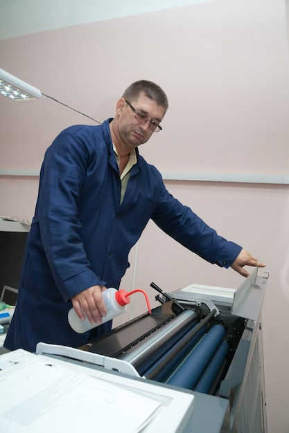 Printer working at offset machine Free Photo