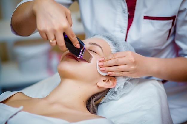 Procedure clearing clogged pores, ultrasonic treatment for skin rejuvenation Premium Photo