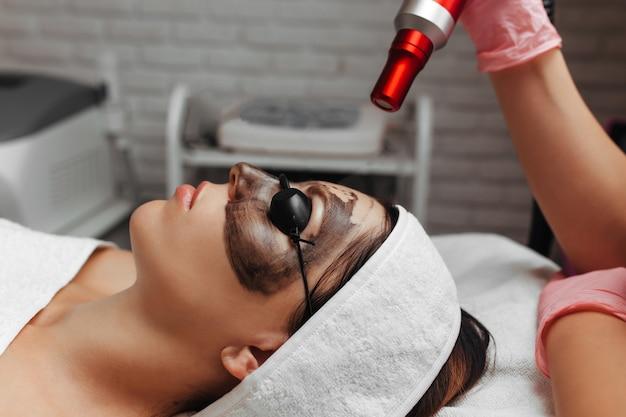 Процедура углеродного пилинга, косметическая концепция Premium Фотографии