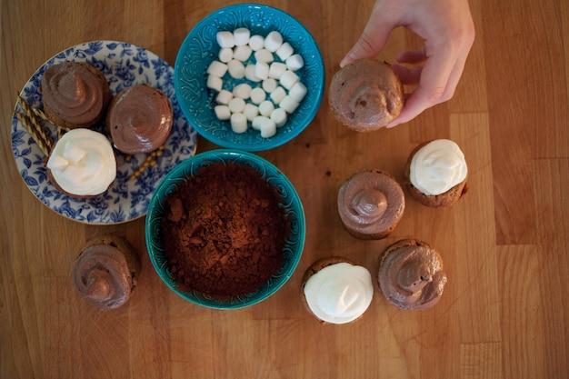 Процесс приготовления кексов и кексов Premium Фотографии