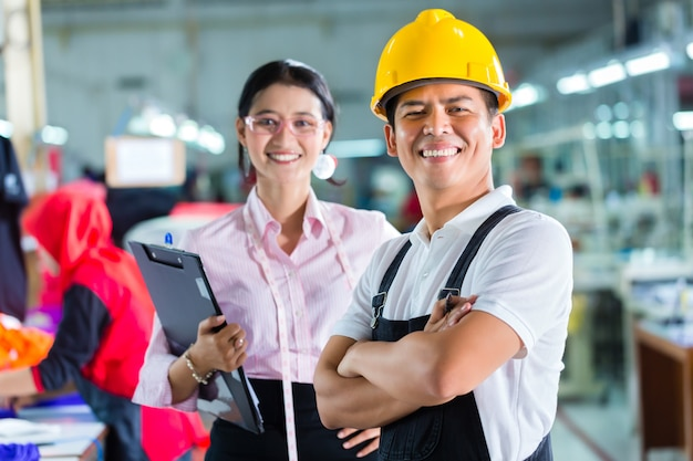 Production manager and designer in asian factory Premium Photo