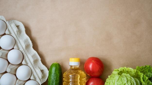 Продукты лежат на столе, яйца каши и овощи Бесплатные Фотографии