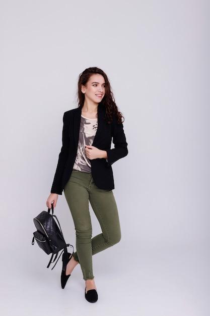 девушка идет на работу фото