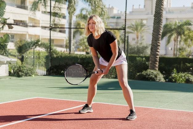 Atleta professionista che prepara colpire la palla Foto Gratuite