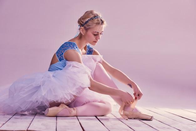 彼女のバレエシューズを履いてプロのバレリーナ 無料写真