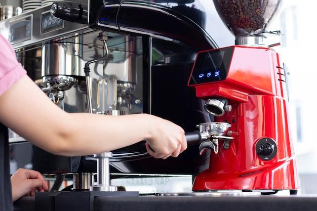 Профессиональный бармен готовит кофе эспрессо в эксклюзивном кафе-баре Premium Фотографии