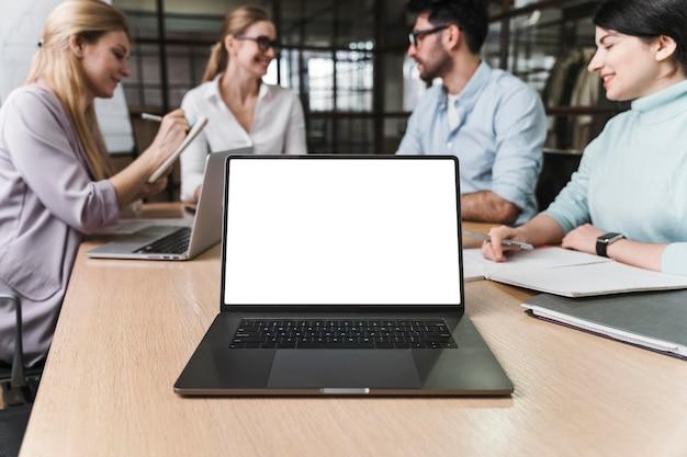 Деловая женщина в очках во время встречи с ноутбуком Бесплатные Фотографии