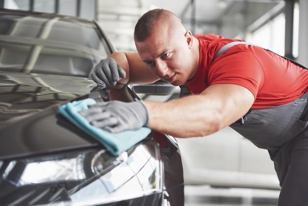 車のショールームでの専門家による清掃と洗車。 無料写真