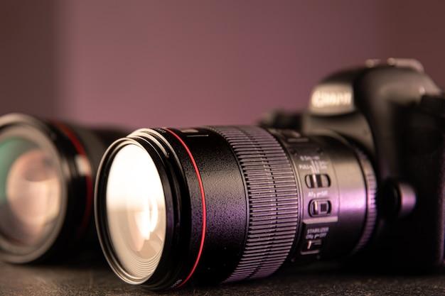 Крупный план профессиональной цифровой камеры на размытом фоне. концепция техники для работы с фото и видео. Бесплатные Фотографии