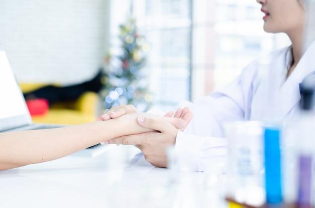 Professional doctor receiving patient in hospital Premium Photo