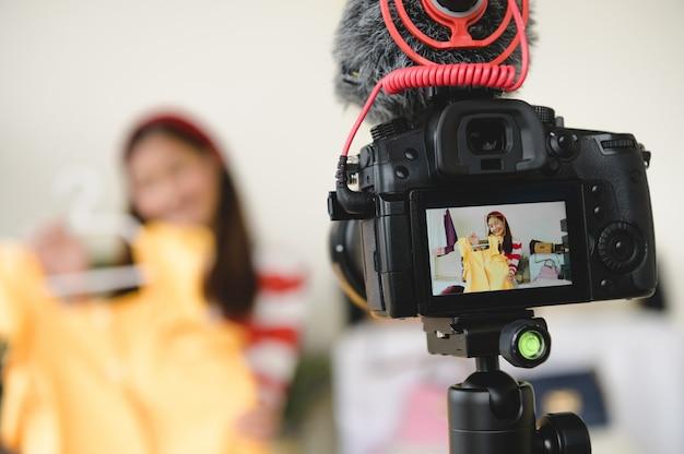 プロのデジタル一眼レフデジタルカメラフィルムビデオとブロガーブロガーインタビューのライブ Premium写真