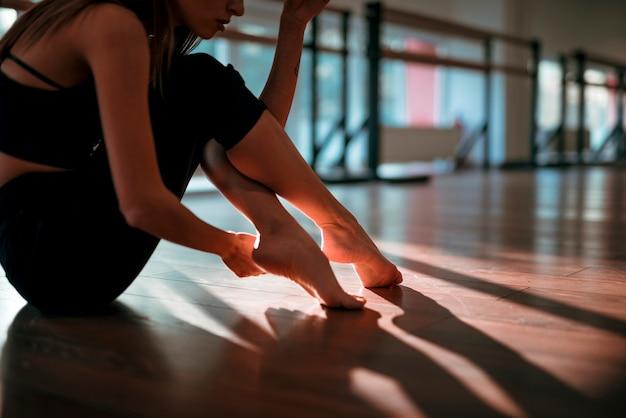 Professional female dancer posing on the floor Free Photo