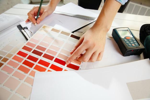 Interior designer professionista che lavora con la tavolozza dei colori Foto Gratuite