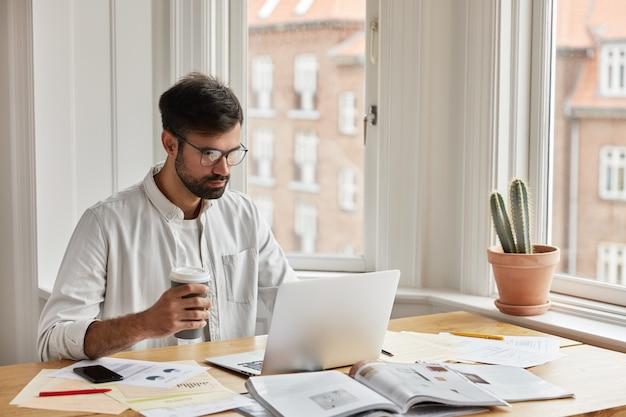 집에서 일하는 전문 It 개발자 무료 사진
