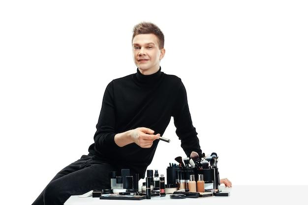 白で隔離のツールを持つプロのメイクアップアーティスト。女性の職業の男。ジェンダー平等の概念 無料写真