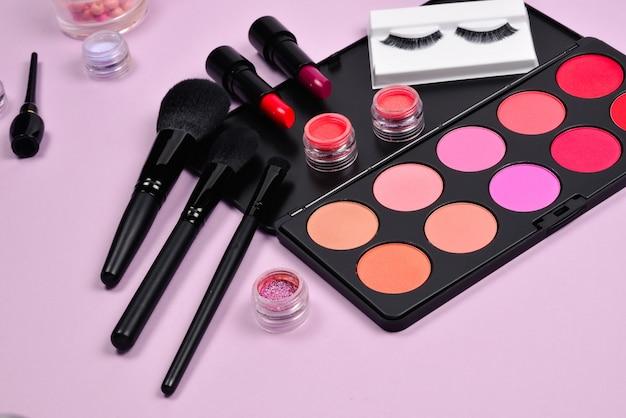 化粧品美容製品、赤面、アイライナー、まつげ、ブラシ、ツールを備えたプロのメイクアップ製品。 Premium写真