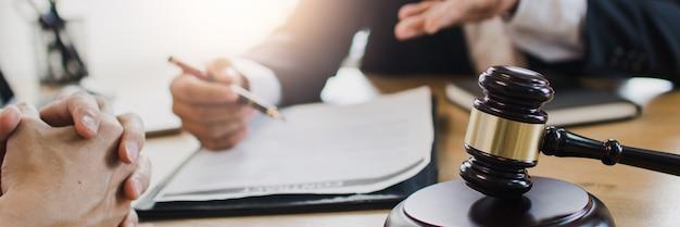 Профессиональные юристы-мужчины, работающие в зале суда Premium Фотографии