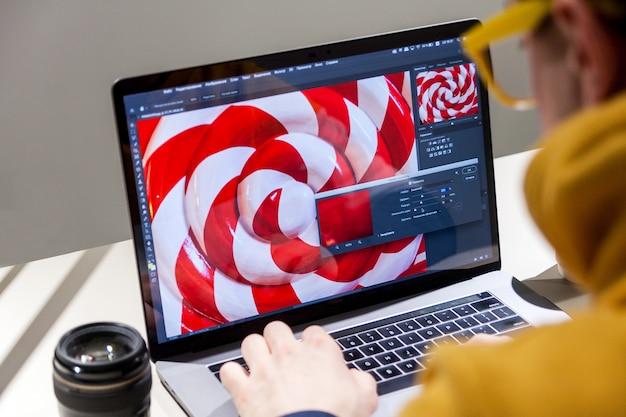 Профессиональный редактор фотографий, работающий на ноутбуке в специальном программном обеспечении colorgrade Premium Фотографии