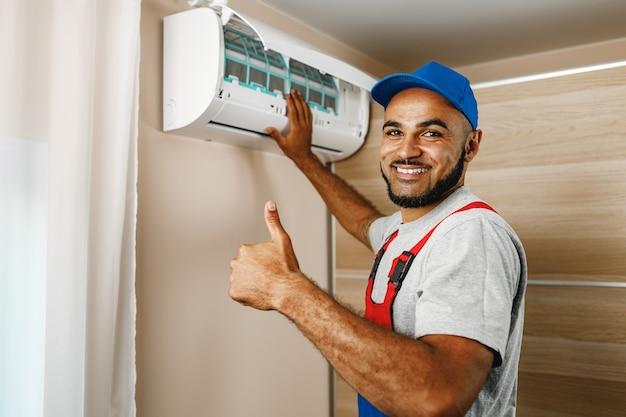 Профессиональный ремонтник, установка кондиционера в комнате Premium Фотографии
