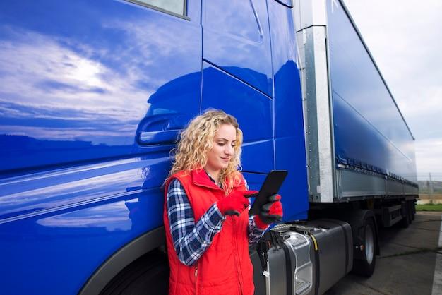 Профессиональный водитель грузовика настраивает навигацию для пункта назначения Бесплатные Фотографии