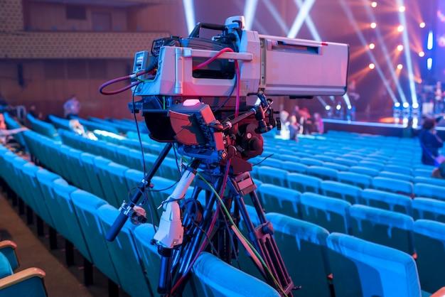 이벤트 및 Tv 방송용 화면이있는 삼각대에 전문 비디오 카메라 프리미엄 사진