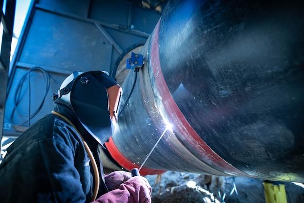 파이프 라인 건설에 전문 용접기 용접 파이프 무료 사진