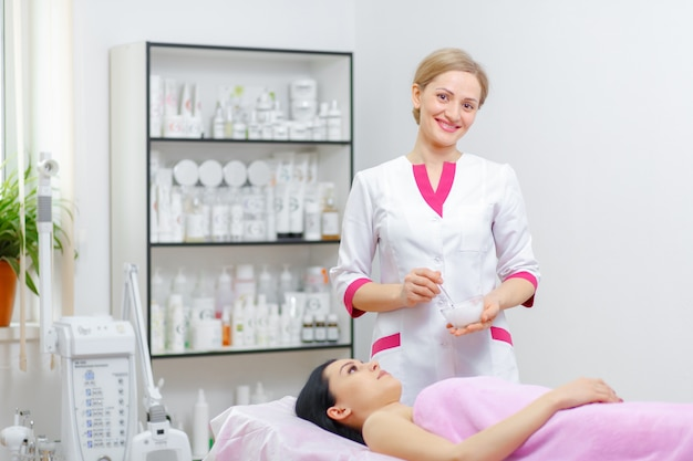 Professional woman smiling with a client lying Free Photo