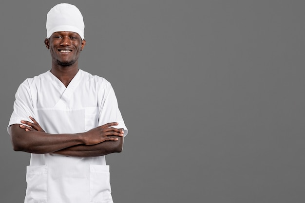 Профессиональный молодой врач улыбается копией пространства Бесплатные Фотографии