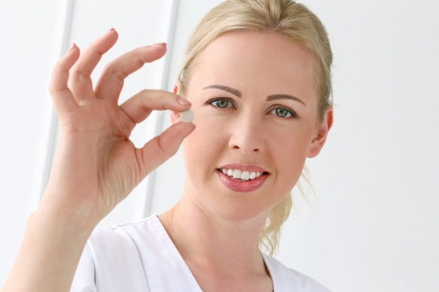 Professional. красивый косметолог с таблетками Бесплатные Фотографии