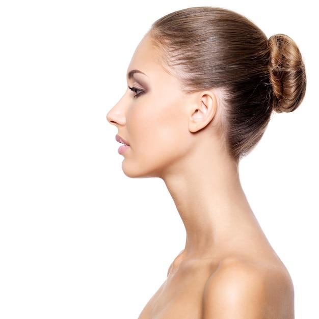 白で隔離、新鮮なきれいな肌を持つ若い美しい女性のプロフィール 無料写真
