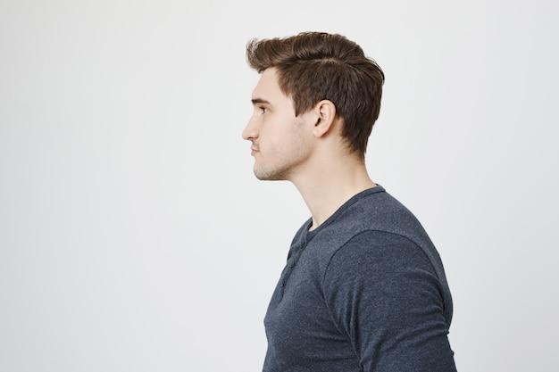 Профиль красивый стильный молодой человек смотрит влево Бесплатные Фотографии