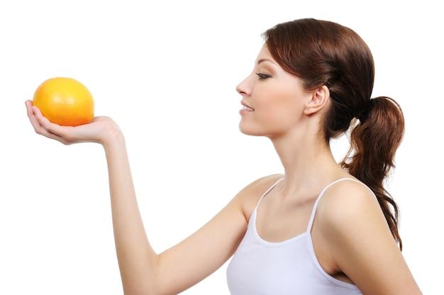 孤立したオレンジ色の若い美しい女性のプロフィール 無料写真