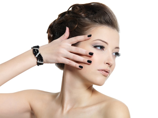 Ritratto di profilo della bella ragazza glamour con unghie nere isolate su bianco Foto Gratuite
