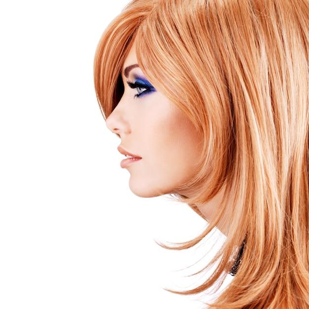 빨간 머리를 가진 아름 다운 예쁜 여자의 프로필 초상화-포즈 무료 사진