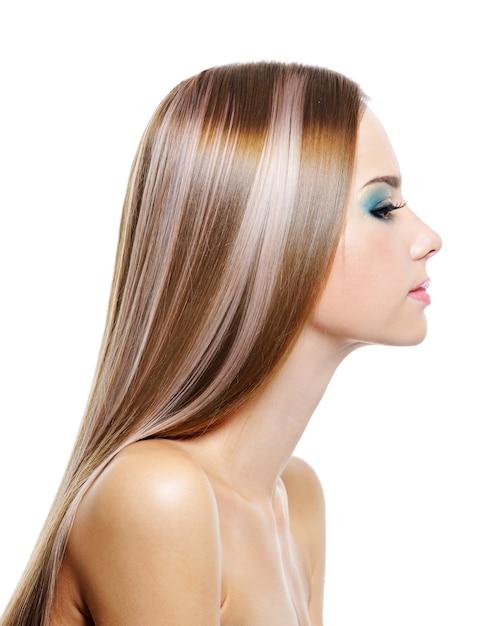 긴 건강 아름다운 머리를 가진 여성의 프로필 초상화는 흰색에 고립 무료 사진