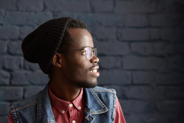 眼鏡をかけているハンサムなスタイリッシュな若いアフリカ系アメリカ人男性の横顔の肖像画 無料写真