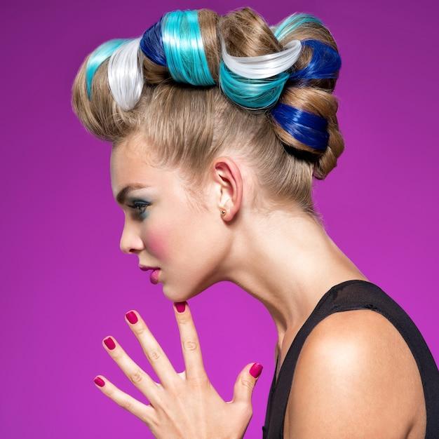검은 화장과 황금 매니큐어와 아름다운 패션 여자의 프로필 초상화. 패션 메이크업으로 아름 다운 여자입니다. 근접 촬영 프로필 초상화-분홍색 배경. 무료 사진