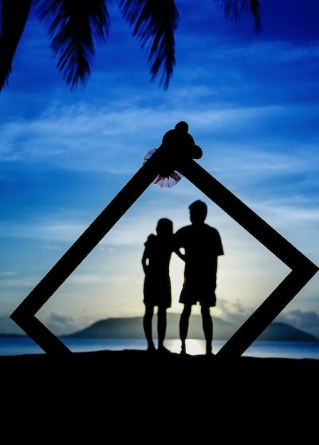 Profiles of romantic couple looking at each other on background of sunset Premium Photo