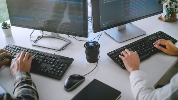 Программисты разрабатывают коды на своих компьютерах Premium Фотографии
