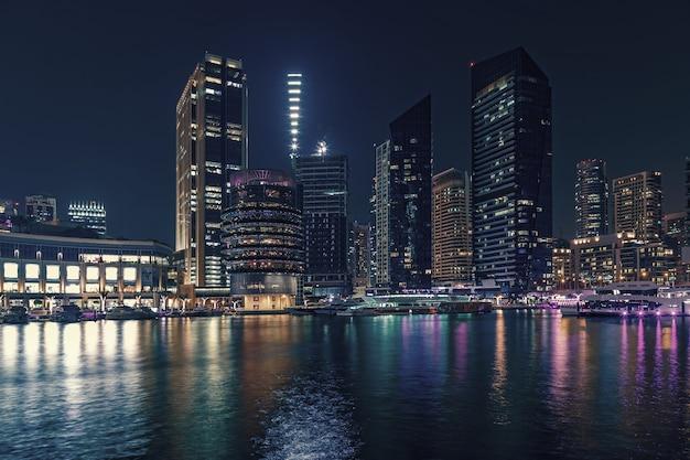 ドバイマリーナ、ドバイ、アラブ首長国連邦の遊歩道と運河 Premium写真