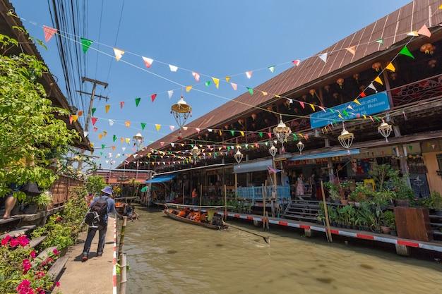 ラオストゥックラック水上マーケットはダムヌン・サドアック、ラチャブリpronvince、タイで最も古い水上マーケットです。 Premium写真