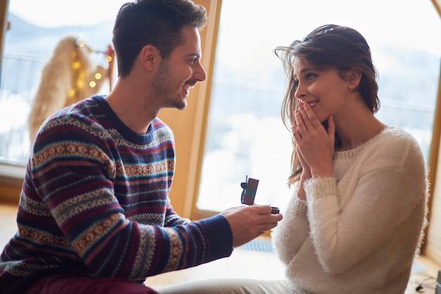 Proposta in luogo romantico Foto Gratuite