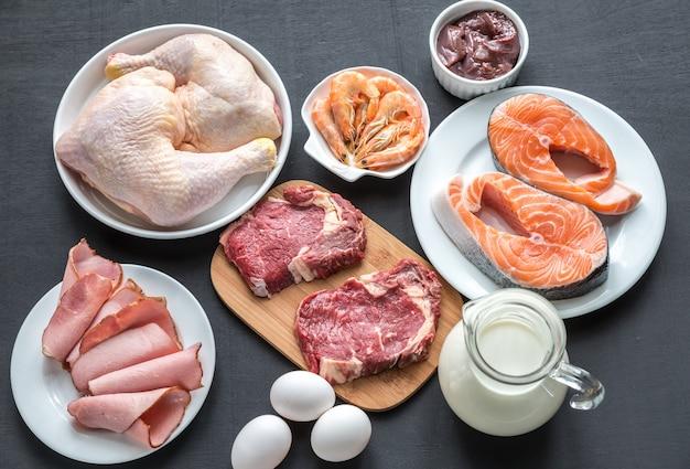 Белковая диета: сырые продукты на деревянной поверхности Premium Фотографии